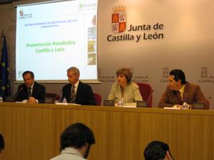 La Vicepresidenta del Gobierno de Castilla y León y Consejera de Medio Ambiente, acompañada del Presidente del Consejo de Colegios Profesionales de Farmacéuticos de Castilla y León, del Director General de Infraestructuras Ambientales de la Junta y del Director General de SIGRE, presentó los resultados de la gestión de SIGRE en 2008