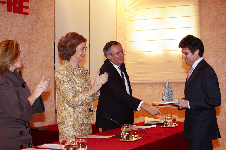 S.M. la Reina Doña Sofía, acompañada de la Ministra de Sanidad y Política Social y el Presidente de la Fundación MAPFRE, hace entrega del premio a Humberto Arnés, Presidente de SIGRE Medicamento y Medio Ambiente