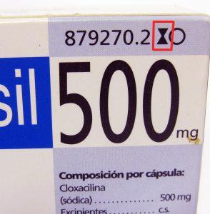 Envase de un medicamento con sus correspondientes símbolos informativos