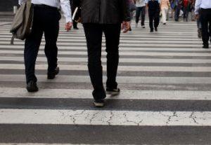 Grupo de ciudadanos cruzando una calle
