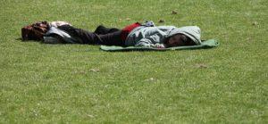 Persona descansando en el cesped