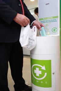 Ciudadano reciclando en el Punto SIGRE de la farmacia