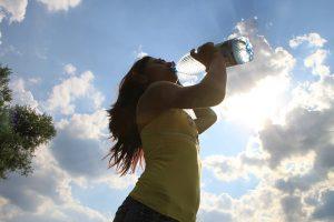 Bebiendo agua para hidratarse